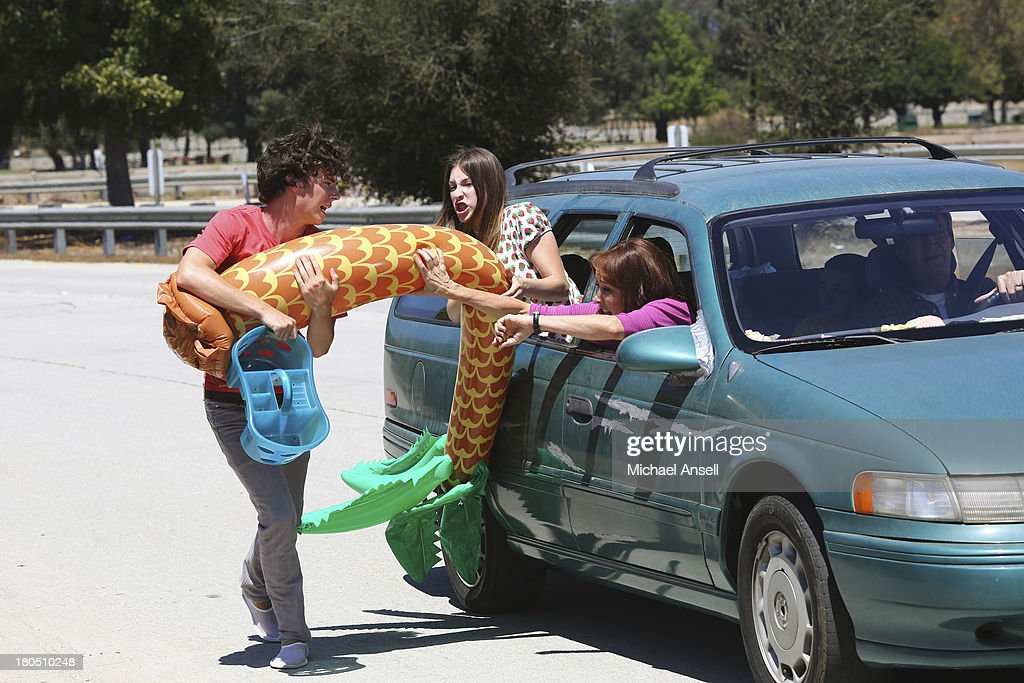 THE MIDDLE - In the fifth season premiere episode, 'The Drop Off,' airing WEDNESDAY, SEPTEMBER 25 (8:00-8:30 p.m., ET) on the ABC Television Network, against Axl's wishes, Frankie insists on having the entire Heck family along for the ride as they drive to his college to move him into his dorm. But the short drive turns into an eternity when Sue freaks out after discovering that Frankie forgot to fax in her essay to be a candidate for Junior Peer Leadership Advisor, and Brick proves once again that he can't be trusted when he keeps losing his new cell phone. FLYNN