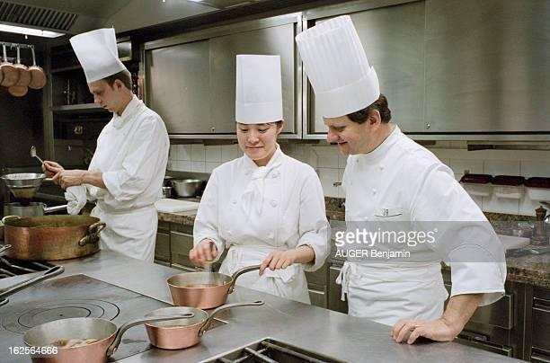 In The Kitchens Of The Restaurant Of Stared Chef Joel Robuchon A paris le 24 mai 1994 Le chef étoilé Joël ROBUCHON nous reçoit dans les cuisines de...