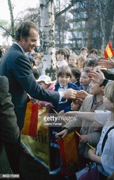 In the official trip to Canada of the Spanish Kings Juan Carlos and Sofia King Juan Carlos is greeted by a group of children Vancuver Canada