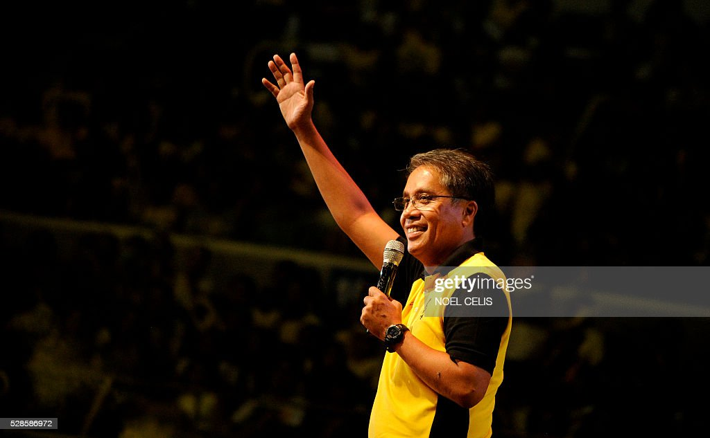 In this photo taken on April 28, 2016, Philippines' presidential candidate and former interior secretary Mar Roxas gives a speech in front of his supporters during his campaign in Manila. Roxas is Philippine President Benigno Aquino's preferred successor.Philippine leader Benigno Aquino called Friday on the trailing presidential candidates to unite against frontrunner Rodrigo Duterte, in a sensational finale to one of the nation's most divisive election campaigns. / AFP / NOEL