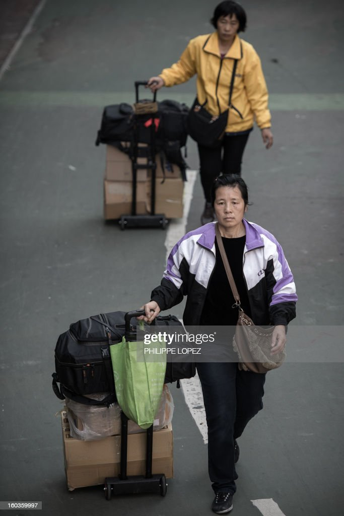 In this picture taken in Hong Kong on January 29, 2013, people arrive to queue up to get their packages weighed at the Sheung Shui train station prior to their journey back to mainland China. Hong Kong is mulling to make baby formula a 'reserved commodity' to ensure sufficient supply, an official said on January 30, 2013, after mainland Chinese who flocked to buy the item sparked shortage fears. AFP PHOTO / Philippe Lopez
