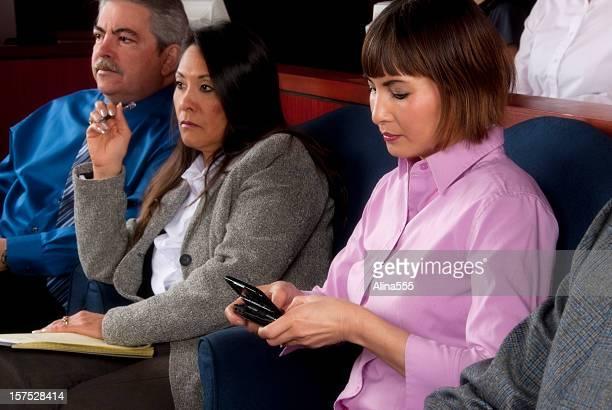 Comportamento inadequado: Membro de um júri de mensagens de texto