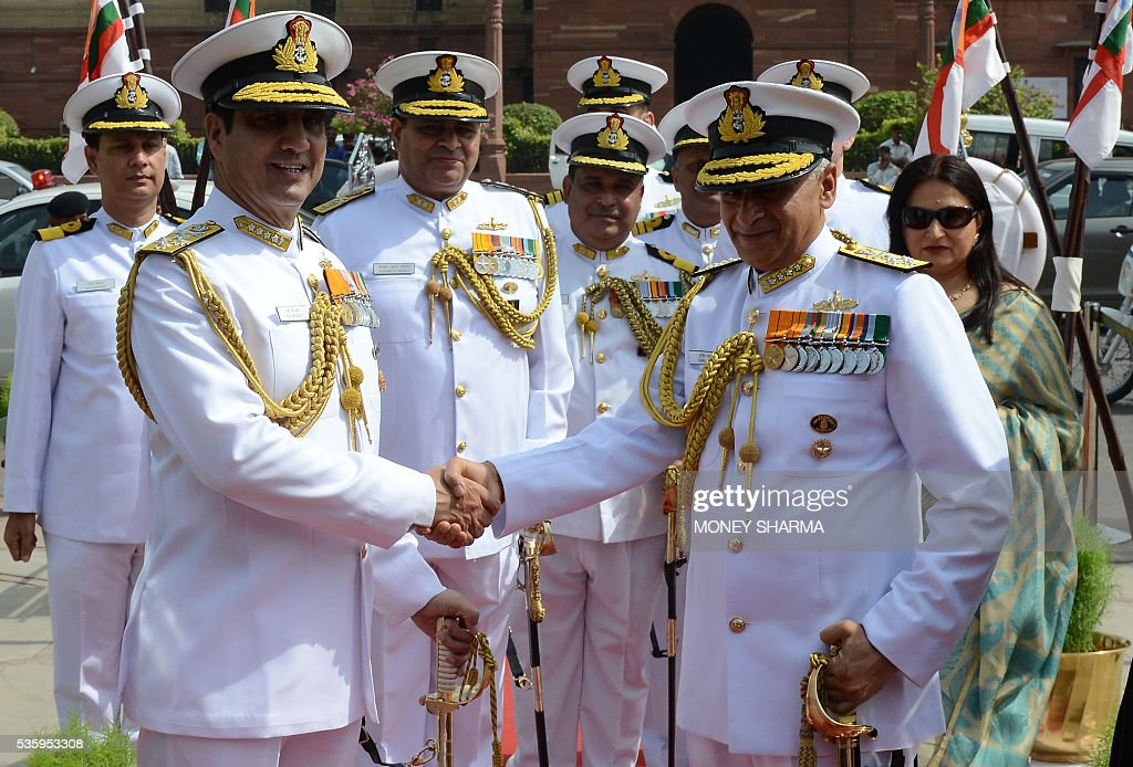Incoming Indian Navy Chief Admiral Sunil Lanba (R) shakes hands with his predecessor Admiral R.K.Dhowan upon his arrival at a ceremony in New Delhi on May 31, 2016. Admiral Lanba is scheduled to have a three-year-term in office till May 31, 2019. / AFP / MONEY