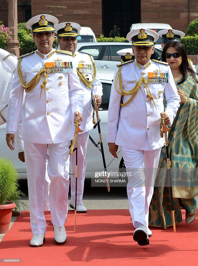 Incoming Indian Navy Chief Admiral Sunil Lanba (R) walks with his predecessor Admiral R.K.Dhowan (L) upon his arrival at a ceremony in New Delhi on May 31, 2016. Admiral Lanba is scheduled to have a three-year-term in office till May 31, 2019. / AFP / MONEY