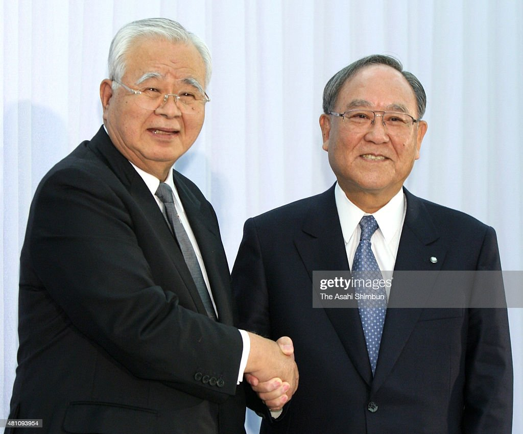 Incoming Keidanren, Japan Business Federation President <a gi-track='captionPersonalityLinkClicked' href=/galleries/search?phrase=Hiromasa+Yonekura&family=editorial&specificpeople=2816307 ng-click='$event.stopPropagation()'>Hiromasa Yonekura</a> and outgoing president <a gi-track='captionPersonalityLinkClicked' href=/galleries/search?phrase=Fujio+Mitarai&family=editorial&specificpeople=605465 ng-click='$event.stopPropagation()'>Fujio Mitarai</a> shake hands during a press conference at the Keidanren building on February 22, 2010 in Tokyo, Japan.