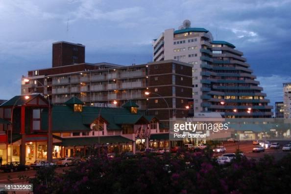 Independence Road Windhoek Hauptstadt von Namibia Afrika ProdNr 109/2006 Hauptstrasse Abendstimmung Autos Gebäude Hochhaus Strassen Reise