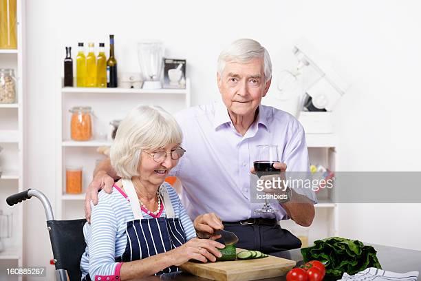 Unabhängige Behinderte Senior Frau und Partner die Zubereitung von gesunden Speisen
