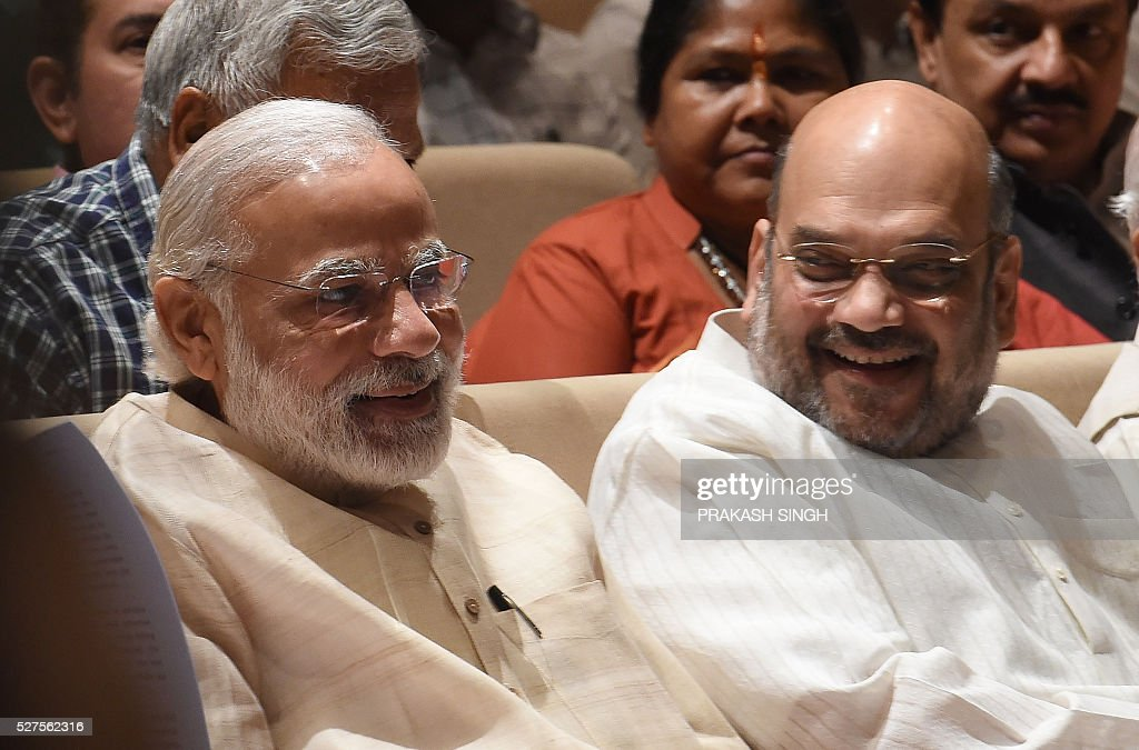 India Bharatiya Janata Party (BJP) President Amit Shah (R) speaks with Prime Minister Narendra Modi during a BJP Parliamentary committee meeting in New Delhi on May 3, 2016, / AFP / Prakash SINGH