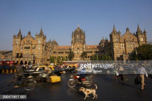 'India, Mumbai, Chhatrapati Shivaji Terminus, pedestrians in foreground' : Stock Photo