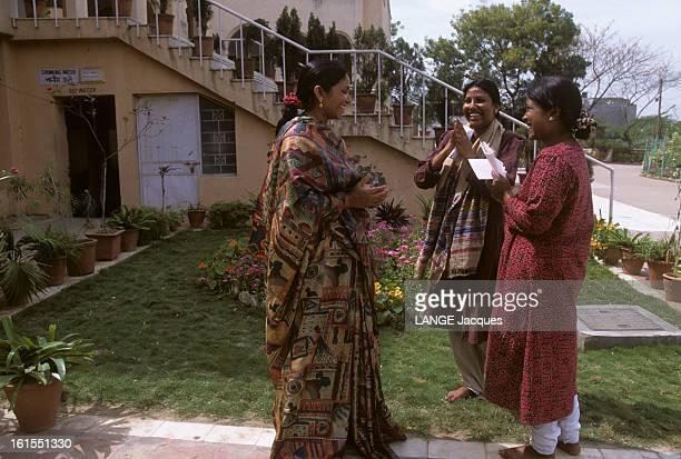 Phoolan Devi Phoolan DEVI en sari discutant avec deux femmes la saluant les mains jointes