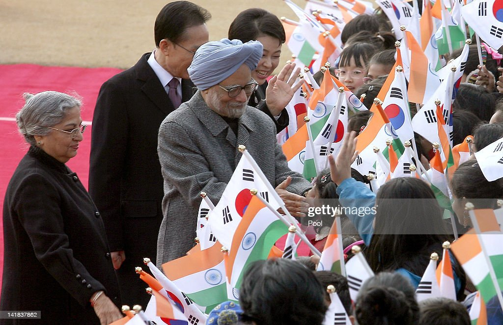 India prime minister Manmohan Singh(C) and his wife Gursharan Kaur (L) greet South Korean children during a welcoming ceremony held at the Presidential house on March 25, 2012 in Seoul, South Korea. World leaders gather at Seoul to discuss on the issues to prevent possible nuclear terrorism and recurrence of meltdown of nuclear power plants and to minimize nuclear material across the world.