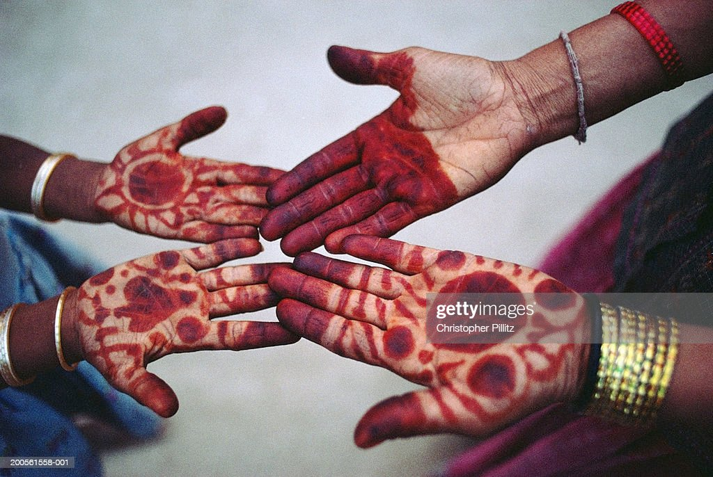 India, Rajasthan, close-up  on Bishnoi women with henna painted hands : Stock Photo