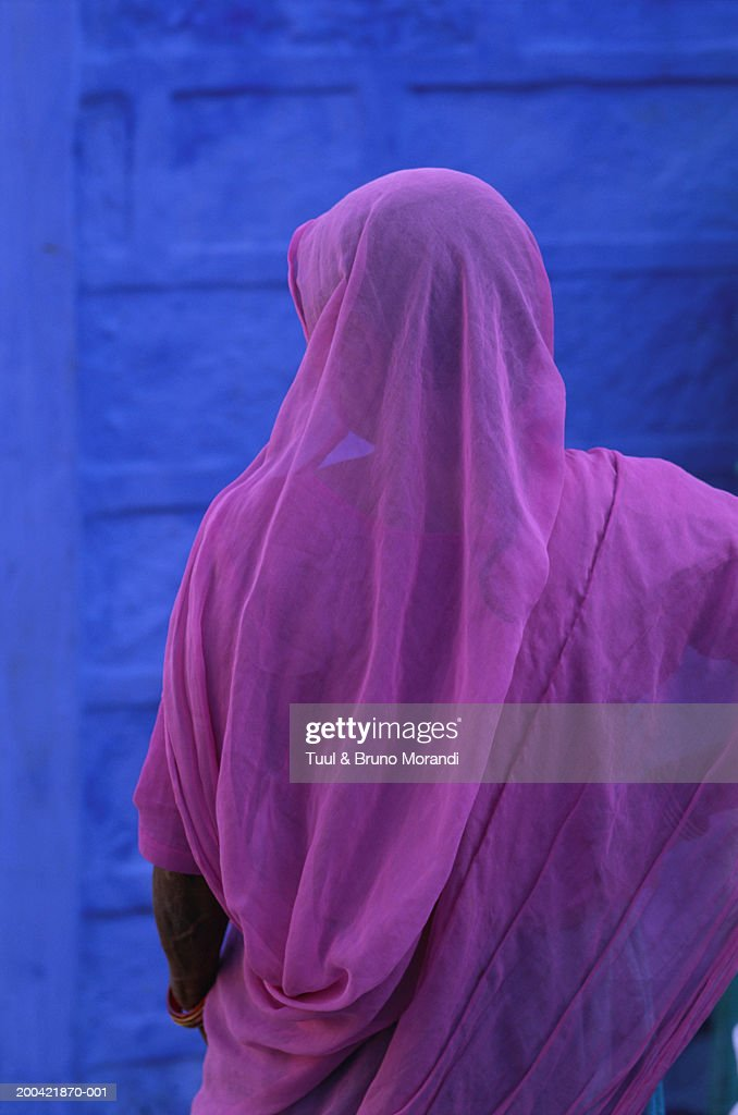 India, Rajasthan, Jodhpur, woman in sari, rear view
