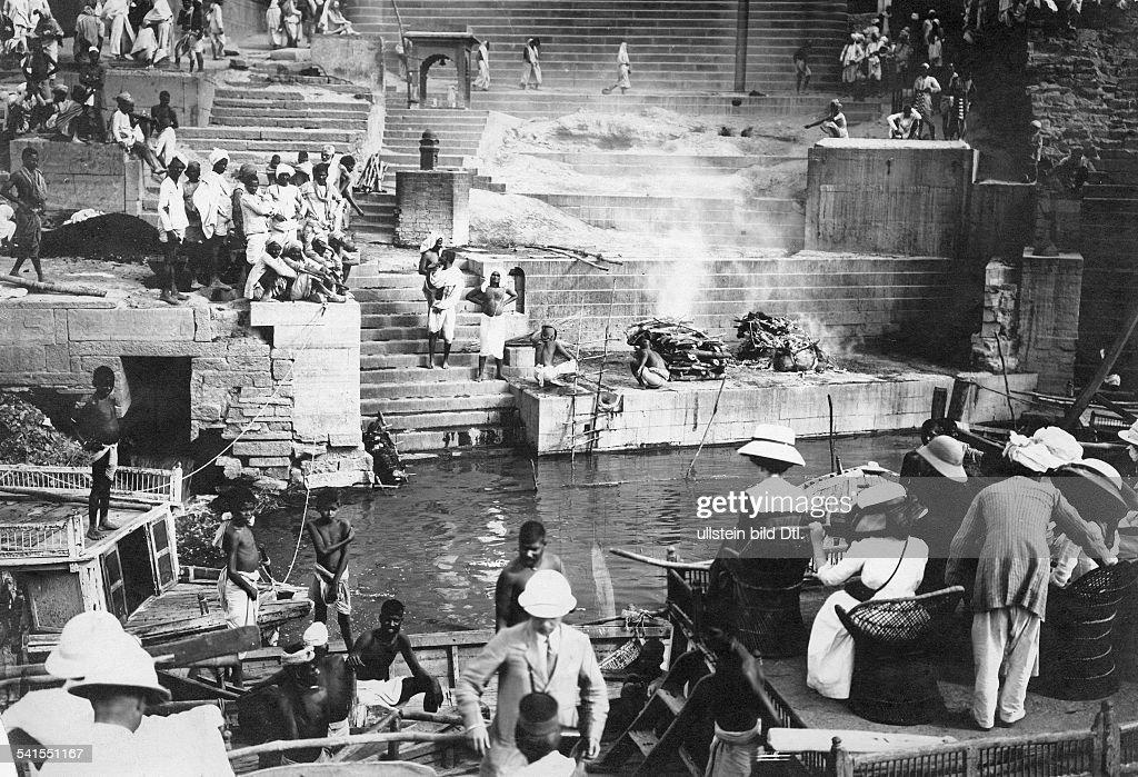 India Uttar Pradesh Varanasi Benares cremation at the Ganges undatedVintage property of ullstein bild