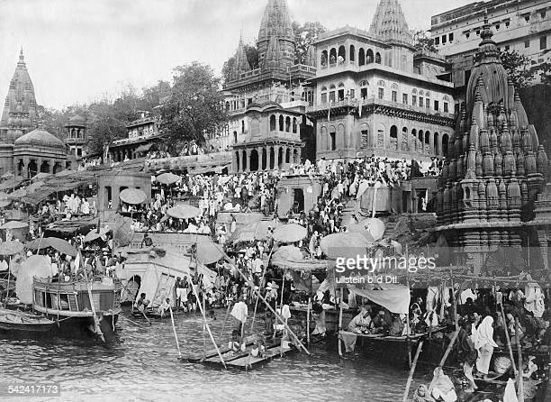 India Uttar Pradesh Varanasi Benares Hindu pilgrims at the ghats of the river Ganges undated Vintage property of ullstein bild