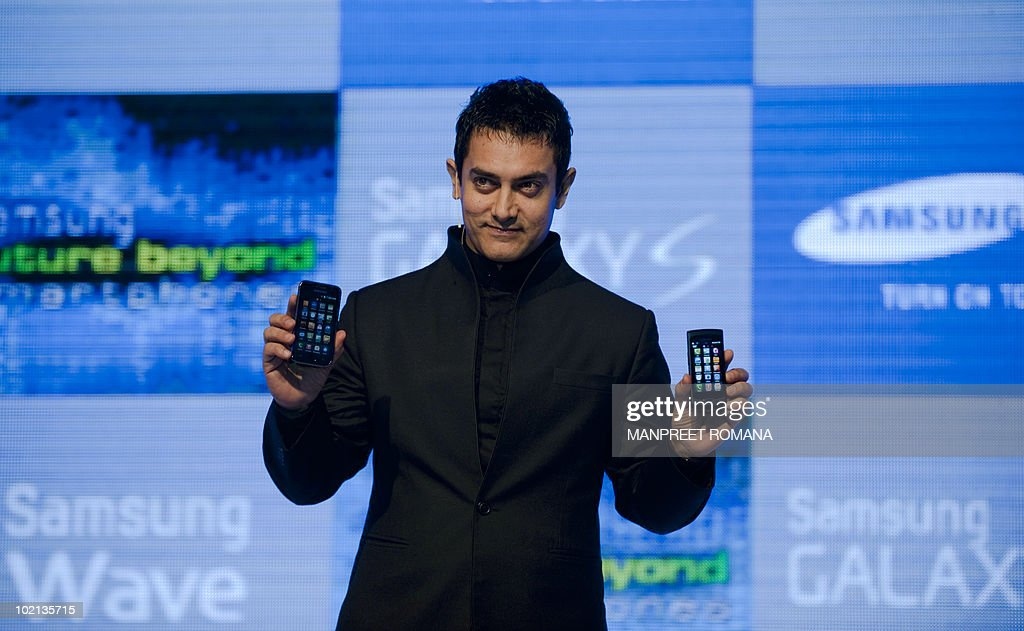 Indian actor Aamir Khan poses for a picture with Samsung smartphones during a product launch in New Delhi on June 16, 2010. Samsung launched two new smartphones, the Samsung Wave priced at 19100 Indian rupees (410 USD) and Samsung Galaxy S priced at 31, 500 Indian rupees (676 USD). AFP PHOTO/ Manpreet ROMANA