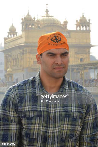 Indian actor Nikitin Dheer visits the Golden Temple in Amritsar on October 12 2017 / AFP PHOTO / NARINDER NANU