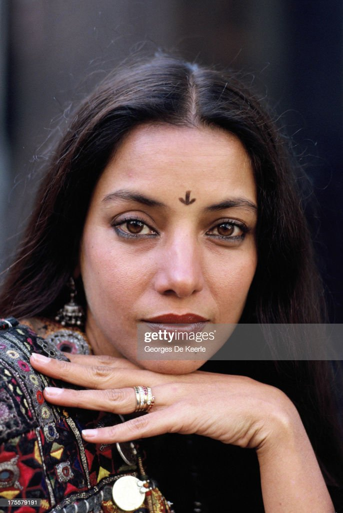 Indian Actress <a gi-track='captionPersonalityLinkClicked' href=/galleries/search?phrase=Shabana+Azmi&family=editorial&specificpeople=565786 ng-click='$event.stopPropagation()'>Shabana Azmi</a> attends a promotional shoot for the film 'Madame Sousatzka' , directed by John Schlesinger and starring Shirley MacLaine, in 1988 ca. in London, England.