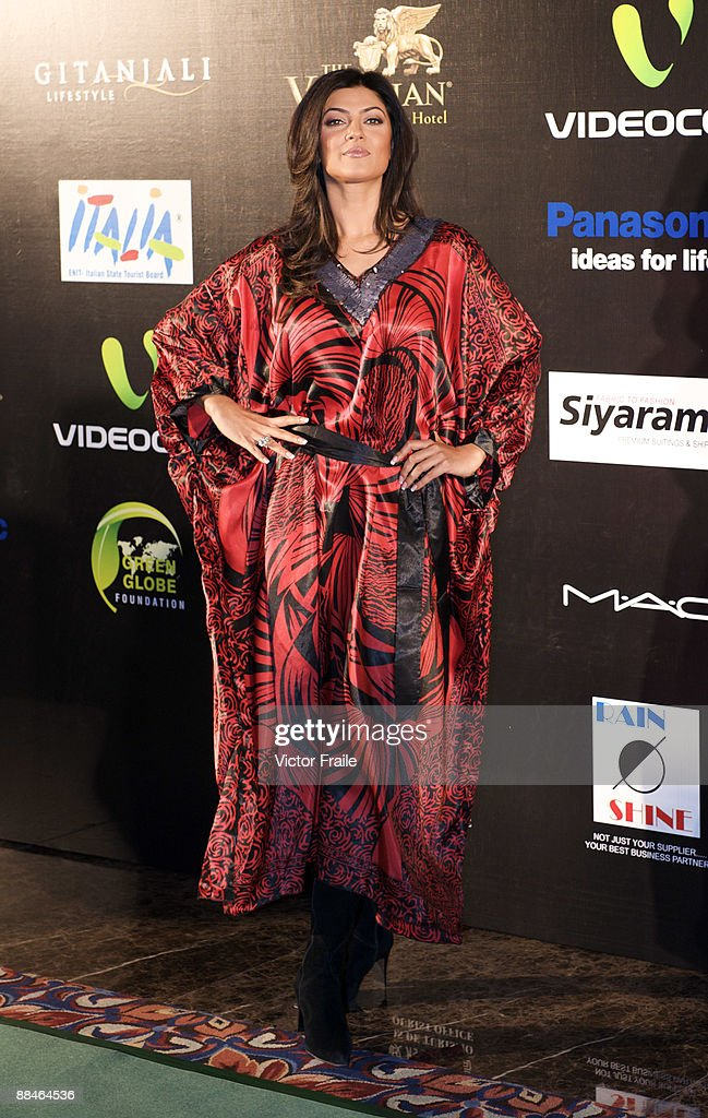 Indian actress Sushmita Sen arrives on the green carpet before the Fashion Extravaganza event as part of the 2009 International Indian Film Academy...