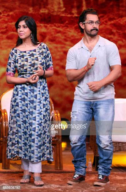 Indian Bollywood actor Aamir Khan and actress Sakshi Tanwar take part in the television chat show Dangal Dangal Baat Chali Hai in Mumbai on May 20...