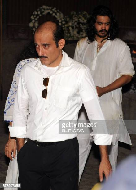 Indian Bollywood actor Akshaye Khanna attends the funeral of his father actor Vinod Khanna in Mumbai on April 27 2017 / AFP PHOTO / Sujit JAISWAL