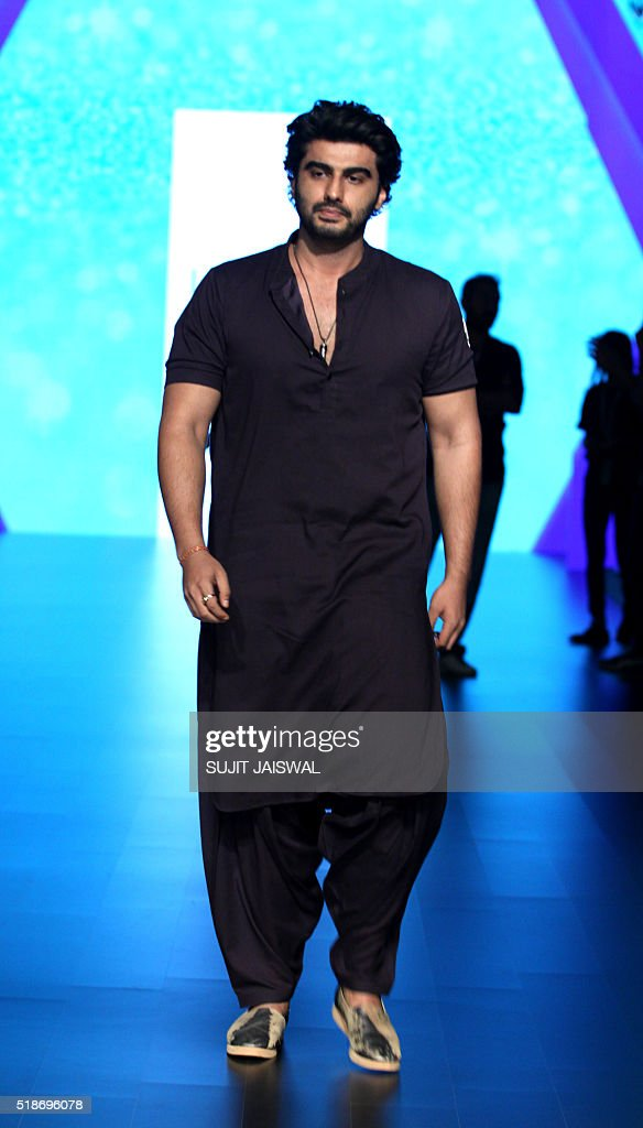 Indian Bollywood actor Arjun Kapoor poses on the fourth day of the Lakme Fashion Week (LFW) summer/resort 2016 in Mumbai on April 2, 2016. / AFP / SUJIT