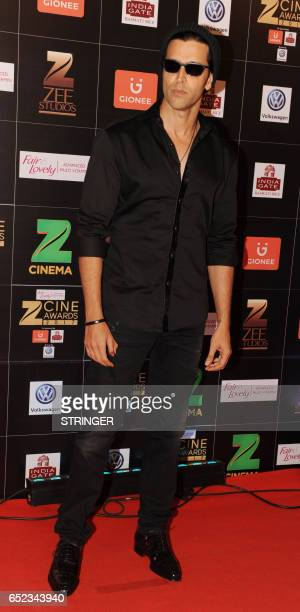 Indian Bollywood actor Hrithik Roshan attends the 'Zee Cine Awards 2017' ceremony in Mumbai on March 11 2017 / AFP PHOTO / STRINGER