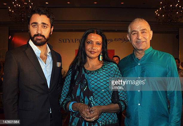 Indian Bollywood actor Imran Khan poses with fellow actor Dilip Tahil and artist Anjanna Kuthiala at the unveiling of a portrait of Khan's mother in...