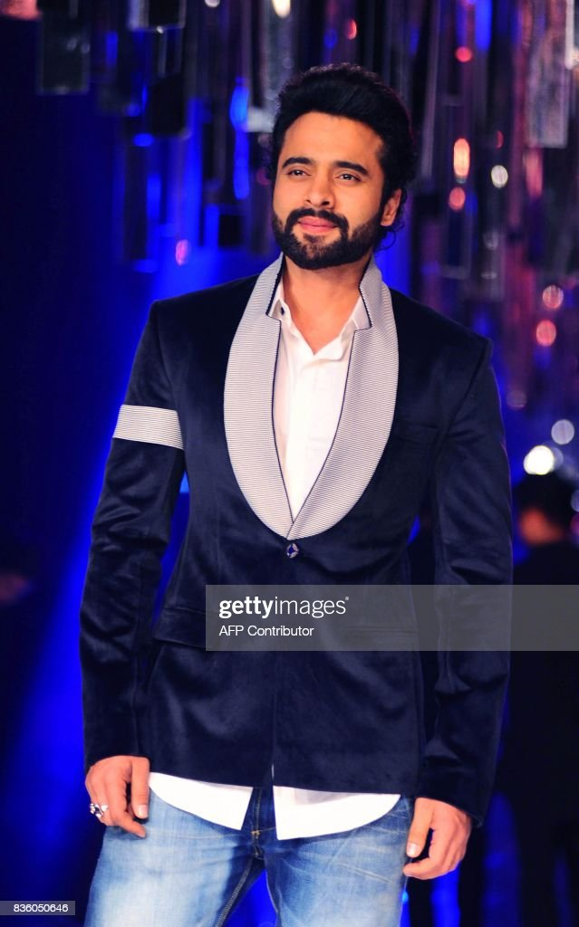 Indian Bollywood actor Jackky Bhagnani poses for a photograph during the grand finale of Lakme Fashion Week (LFW) Winter/Festive 2017 in Mumbai on August 20, 2017. Lakme Fashion Week is taking place in Mumbai from August 16-20. / AFP PHOTO / Sujit Jaiswal