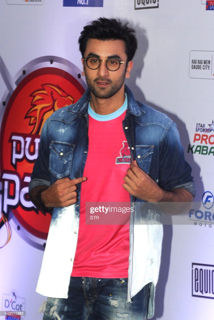 Indian Bollywood actor Ranbir Kapoor poses for a photogrpah during the opening ceremony for season four of the Pro-Kabaddi League in Mumbai on late June 25, 2016. / AFP / STR