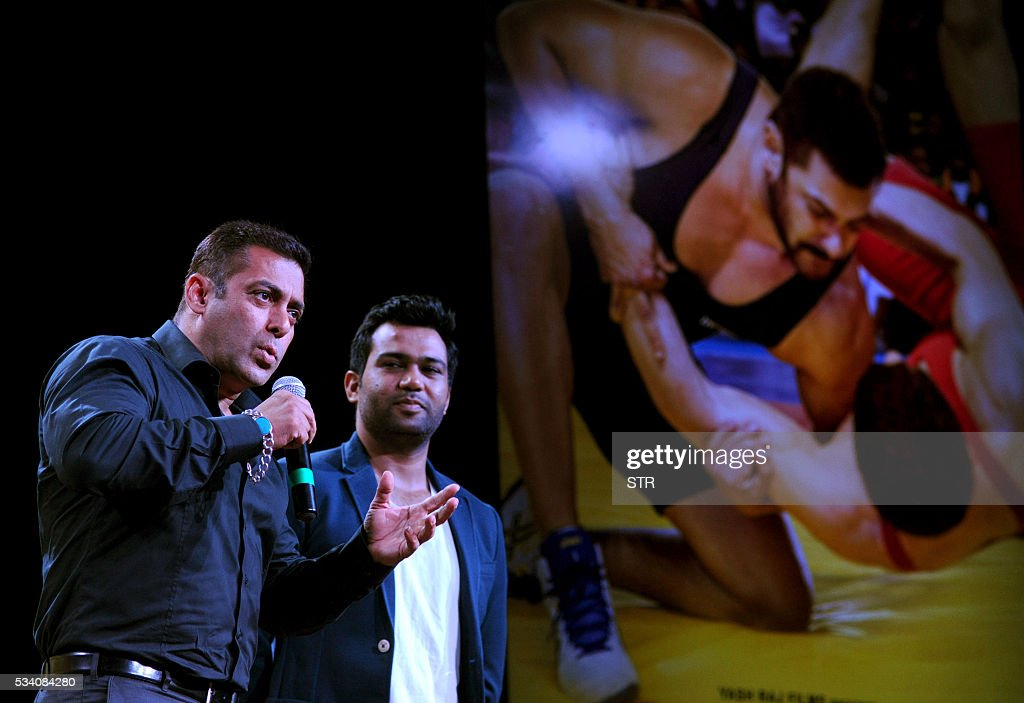 Indian Bollywood actor Salman Khan (L) takes part in a promotional event for the forthcoming Hindi film 'Sultan' directed by Ali Abbas Zafar (R) in Mumbai on late May 24, 2016. / AFP / STR