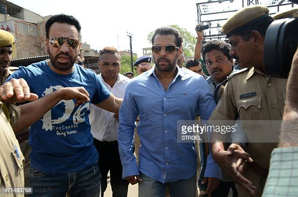 Indian Bollywood actor Salman Khan walks with officials as he arrives for a court appearance in Jodhpur on April 29 2015 AFP PHOTO/STR