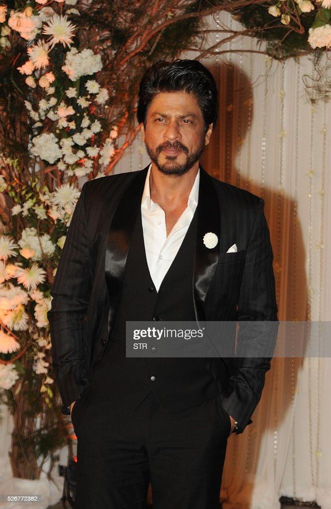 Indian Bollywood actor Shah Rukh Khan poses as he attends a reception after the wedding of fellow thespians Bipasha Basu and Karan Singh Grover in Mumbai late April 30, 2016. / AFP / STR