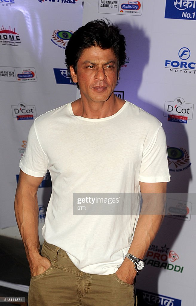 Indian Bollywood actor Shah Rukh Khan poses for a photogrpah during the opening ceremony for season four of the Pro-Kabaddi League in Mumbai on late June 25, 2016. / AFP / STR