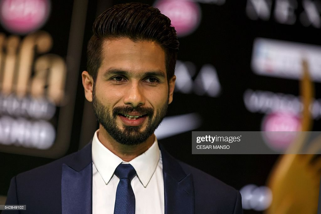 Indian Bollywood actor Shahid Kappor poses on the green carpet as she arrives to the 17th edition of IIFA Awards (International Indian Film Academy Awards) in Madrid on June 24, 2016. The IIFA Awards are presented annually by the International Indian Film Academy to honour both artistic and technical excellence of professionals in Bollywood, the Hindi language film industry. / AFP / CESAR