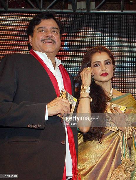 Indian Bollywood actor Shatrughan Sinha poses with actress Rekha at the premiere of the film �Sadiyaan� in Mumbai late March 16 2010 AFP PHOTO/STR