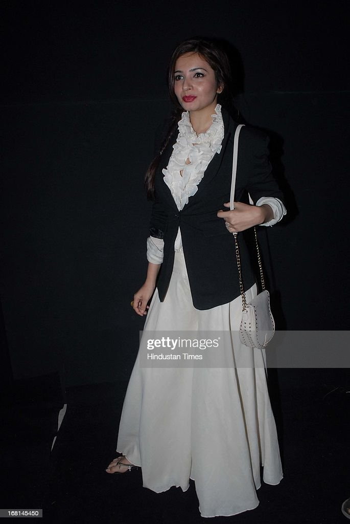Indian Bollywood actor Shonali Nagrani poses during the Blackberrys Sharp Night Fashion Show at Mehboob studio, Bandra on May 3, 2013 in Mumbai, India. The Blackberrys Sharp Night is a fashion show organised by Blackberrys to showcase their new Summer/Spring collection.