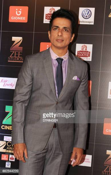 Indian Bollywood actor Sonu Sood attends the 'Zee Cine Awards 2017' ceremony in Mumbai on March 11 2017 / AFP PHOTO / STRINGER