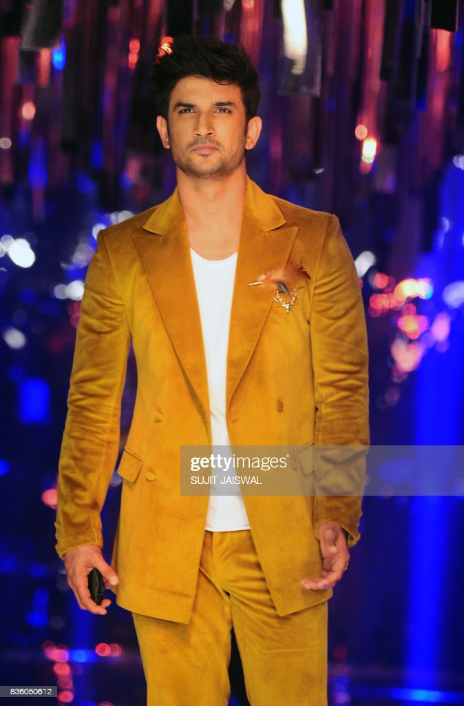 Indian Bollywood actor Sushant Singh Rajput poses for a photograph during the grand finale of Lakme Fashion Week (LFW) Winter/Festive 2017 in Mumbai on August 20, 2017. Lakme Fashion Week is taking place in Mumbai from August 16-20. / AFP PHOTO / Sujit Jaiswal