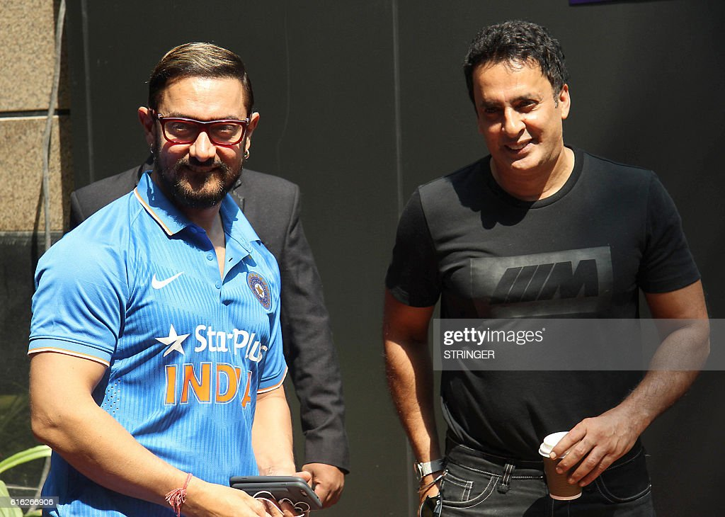 Indian Bollywood actors Aamir Khan (L) and Mamik Singh attend the Jio MAMI 18th Mumbai Film Festival Movie Mela for Hindi film Jo Jeeta Wohi Sikandar directed by Mansoor Khan, in Mumbai on October 22, 2016. / AFP / STRINGER