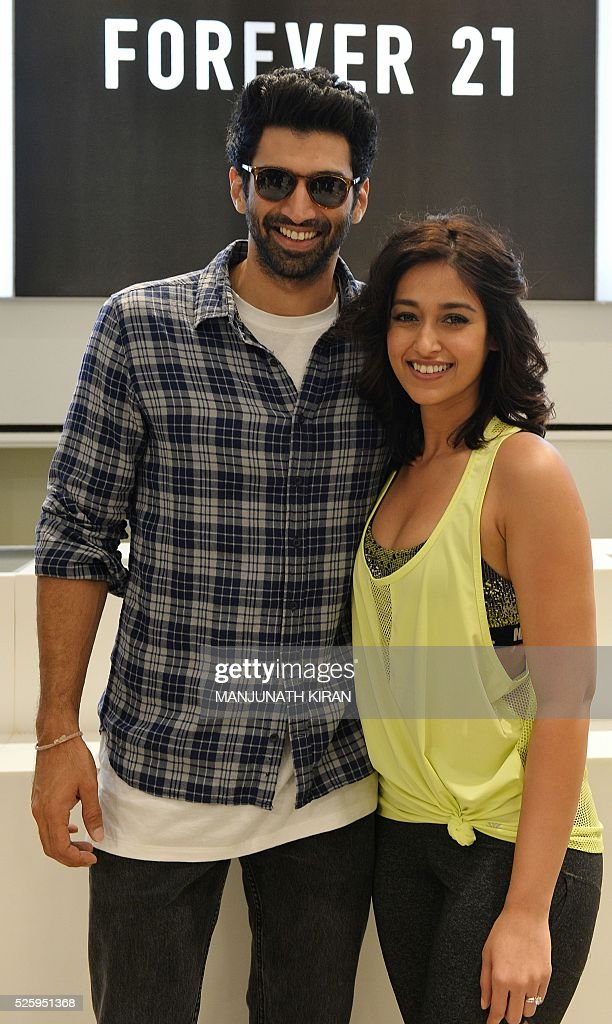 Indian Bollywood actors Aditya Roy Kapoor(L)and Ileana D'Cruz pose for a photograph during a promotional event at a mall in Bangalore on April 29, 2016. / AFP / Manjunath Kiran