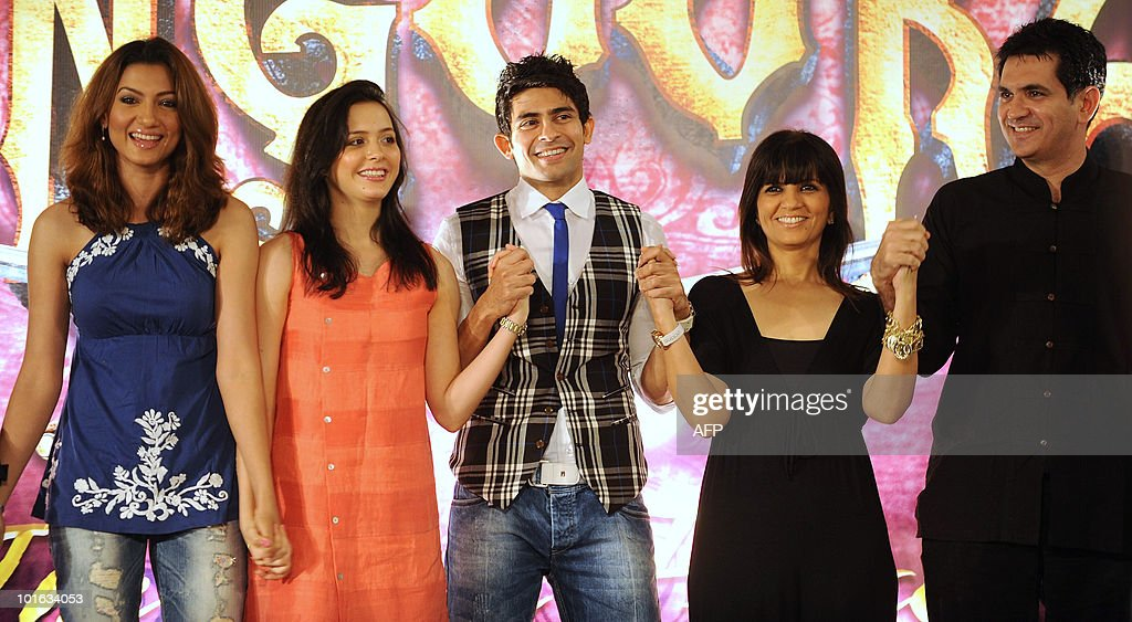 Indian bollywood actors Gauahar Khan (L), Isha Sharvani (2L), Hussain Kuwajerwala (C), designer Neeta lulla (2R) and art director Omung Kumar (R) pose for a photo during a press conference to announce bollywood musical 'Zangoora -the Gypsy Prince', at the International Indian Film Academy (IIFA) awards event in Colombo on June 5, 2010. Megastar Aamir Khan's hit movie '3 Idiots' is set to sweep the board at the 'Bollywood Oscars' in Sri Lanka this weekend, after scooping a string of awards in the technical categories. AFP PHOTO/Punit PARANJPE