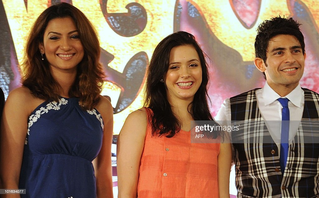 Indian bollywood actors Gauahar Khan (L), Isha Sharvani (C), Hussain Kuwajerwala (R), pose for a photo during a press conference to announce bollywood musical 'Zangoora -the Gypsy Prince', at the International Indian Film Academy (IIFA) awards event in Colombo on June 5, 2010. Megastar Aamir Khan's hit movie '3 Idiots' is set to sweep the board at the 'Bollywood Oscars' in Sri Lanka this weekend, after scooping a string of awards in the technical categories. AFP PHOTO/Punit PARANJPE