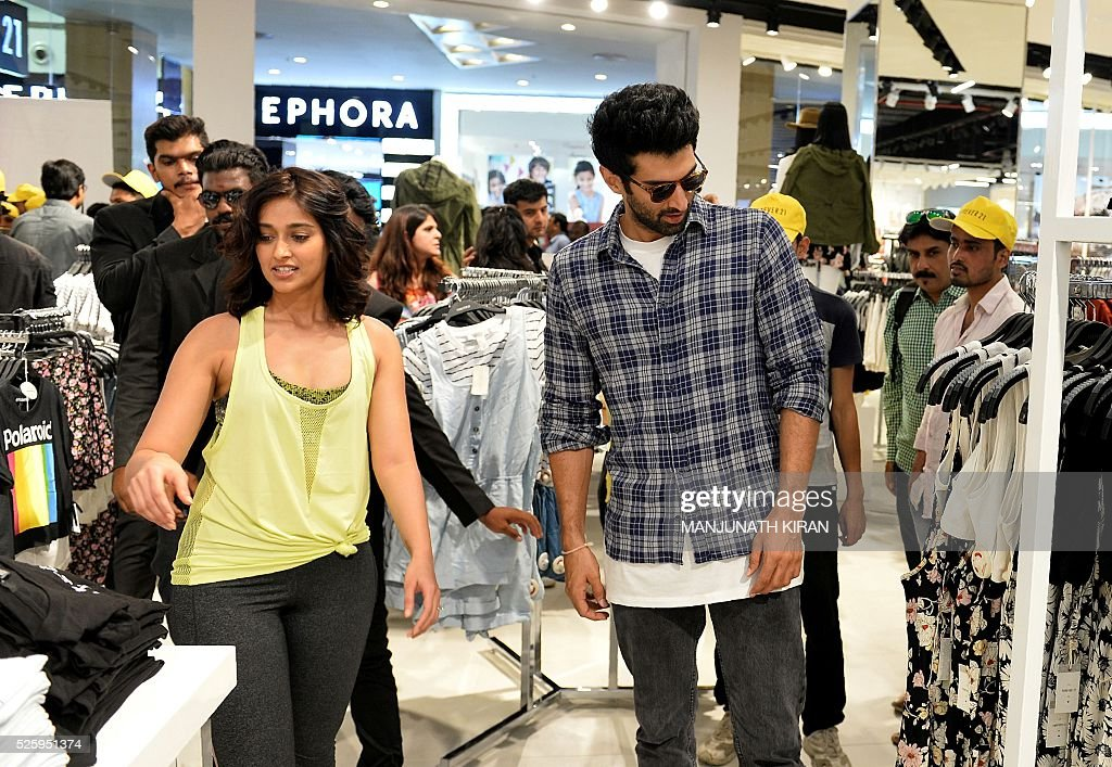 Indian Bollywood actors Ileana D'Cruz(L)and Aditya Roy Kapoor pose for photographers during a promotional event at a mall in Bangalore on April 29, 2016. / AFP / Manjunath Kiran