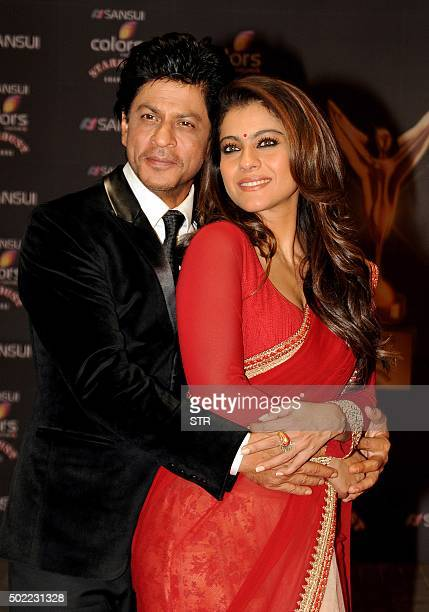 Indian Bollywood actors Shah Rukh Khan and Kajol Devgn pose during the Stardust Awards 2015 ceremony in Mumbai on December 21 2015 AFP PHOTO / AFP /...
