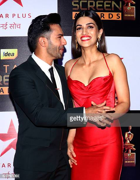 Indian Bollywood actors Varun Dhawan and Kriti Sanon attend the 23rd annual 'Star Screen Awards 2016' in Mumbai on December 4 2016 / AFP /