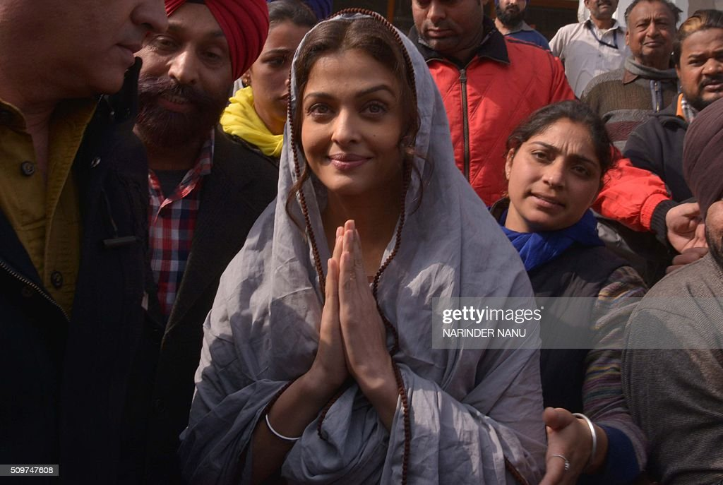 Indian Bollywood actress Aishwarya Rai Bachchan (C) gestures during a visit to the Golden temple in Amritsar on February 12, 2016. Aishwarya visited the city during filming for her new film 'Sarbjit'. AFP PHOTO / NARINDER NANU / AFP / NARINDER NANU