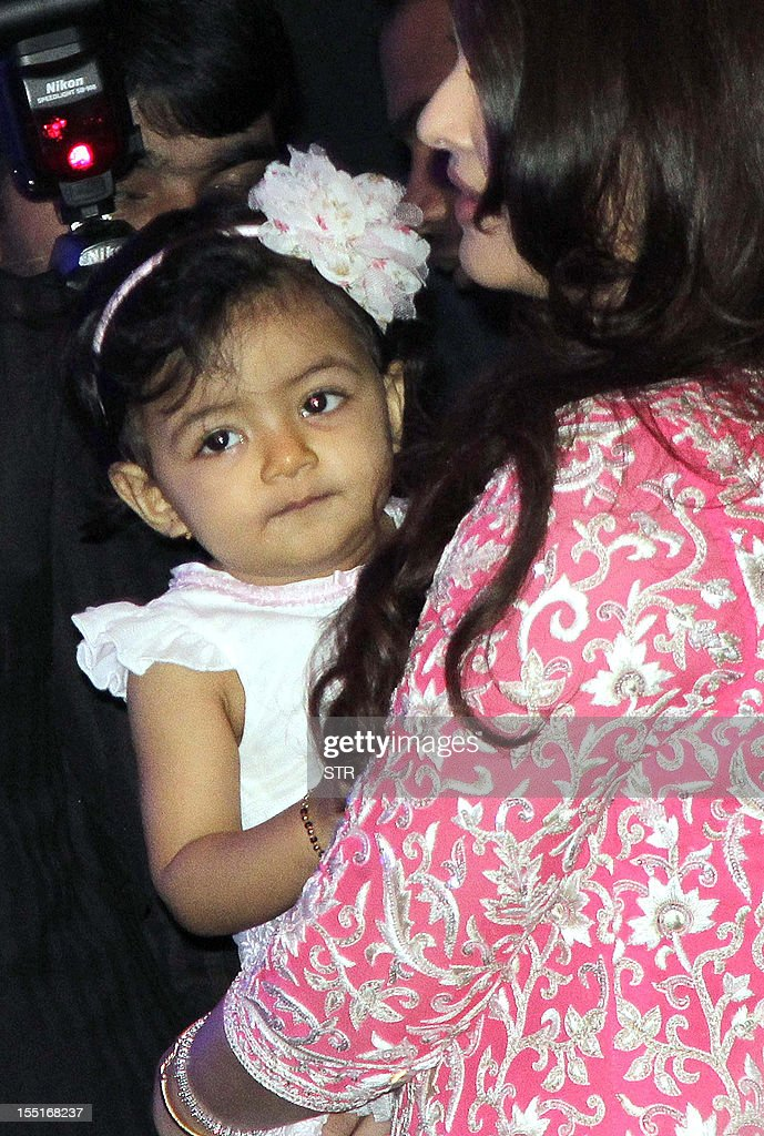 Indian Bollywood actress Aishwarya Rai Bachchan (R) holds her daughter Aradhya after Aishwarya was conferred with the French civilian award, Officer Dan Ordre Arts et des Lettres in Mumbai on November 1, 2012. AFP PHOTO/STR