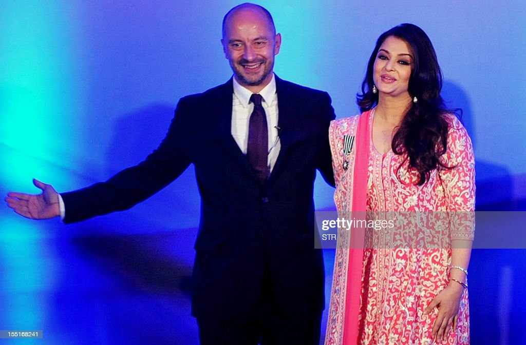 Indian Bollywood actress Aishwarya Rai Bachchan (R) stands next to French ambassador to India, Francois Richier, after she was conferred with the French civilian award, Officer Dan Ordre Arts et des Lettres, in Mumbai on November 1, 2012. AFP PHOTO/STR