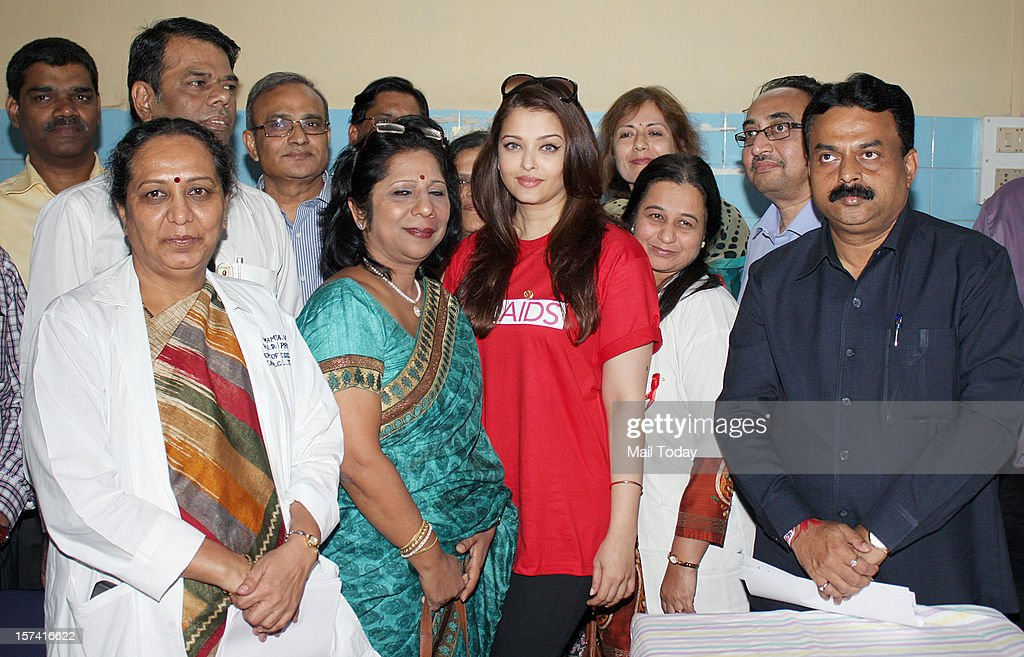 Indian Bollywood actress Aishwarya Rai Bachchan with doctors and others during a visit to the Lokmanya Tilak Municipal Medical General Hospital to meet children suffering from AIDS in Mumbai on December 1, 2012.